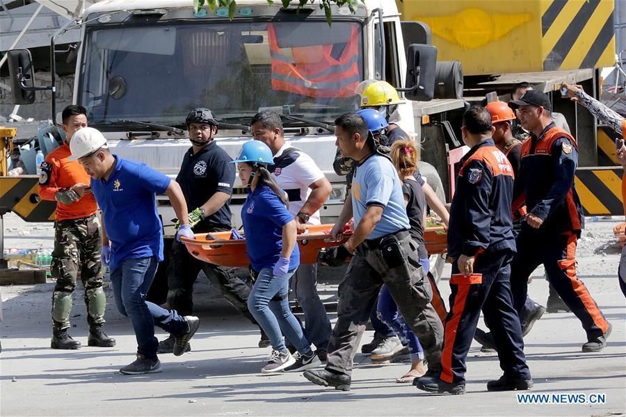 Rescuers carry a survivor in Pampanga Province, the Philippines, April 23, 2019. The death toll from the 6.1-magnitude earthquake that struck the Philippines\' main Luzon Island rose to nine, local officials said on Tuesday. (Xinhua/Rouelle Umali)