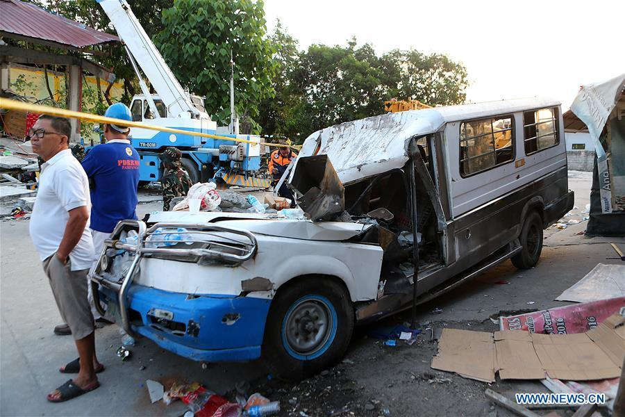 A damaged van is seen in Pampanga Province, the Philippines, April 23, 2019. The death toll from the 6.1-magnitude earthquake that struck the Philippines\' main Luzon Island rose to nine, local officials said on Tuesday. (Xinhua/Rouelle Umali)