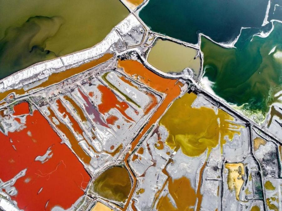 Aerial photo shows the colorful Salt Lake in Yuncheng City, north China\'s Shanxi Province. The lake has different colors as the water density changes. (Photo/IC)
