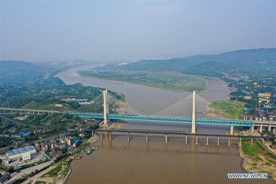 Aerial photo taken on April 23, 2019 shows the previous (Front) and the new Baishatuo Yangtze River railway bridge in Jiangjin of southwest China\'s Chongqing Municipality. The previous Baishatuo Yangtze River railway bridge, completed in 1959, will stop service after April 24. All trains will run on the new double decker steel truss cable stay railway bridge after that day. The new bridge has 4 tracks on the upper deck for passenger trains with a designed speed of 200 kilometers per hour and 2 tracks on the lower deck for cargo trains with the designed speed of 120 kilometers per hour. (Xinhua/Liu Chan)