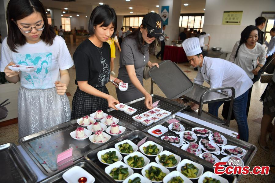 Yunnan University\'s Chenggong campus offers food made from edible roses, April 23, 2019. About 2.7 hectares of edible roses on the campus have become a popular attraction as well as a source of dessert ingredients. (Photo: China News Service/Liu Ranyang)