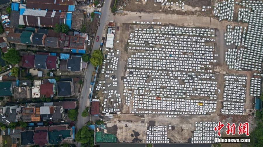 An aerial view of nearly 3000 new energy cars parked near the Qiantang River in Hangzhou City, East China\'s Zhejiang Province, April 24, 2019. The cars previously used in car sharing services have already become obsolete. (Photo: China News Service/Zhang Yang)