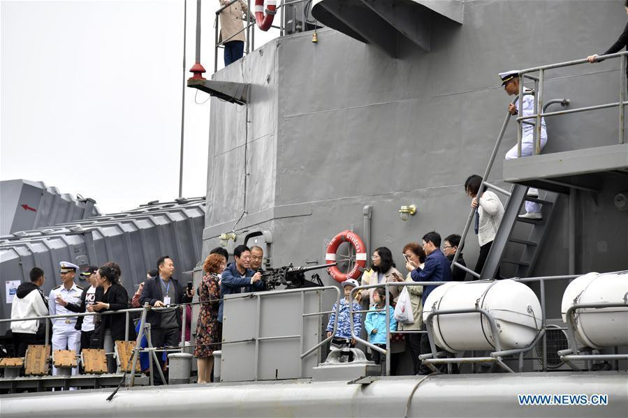 Visitors are seen on Royal Thai Navy frigate HTMS Bangpakong during a warship open day event in Qingdao, east China\'s Shandong Province, April 24, 2019. A warship open day event was held on Wednesday in Qingdao, as part the multinational naval events marking the 70th founding anniversary of PLA Navy. (Xinhua/Guo Xulei)