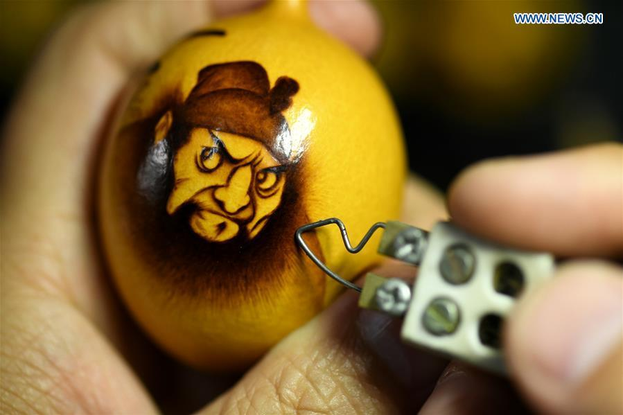 Cucurbit pyrography works created by craftsman Liu Chunpu are seen at a studio in Yuhua District of Shijiazhuang, north China\'s Hebei Province, April 23, 2019. Liu Chunpu, a staff member of Hebei Normal University, has devoted himself in cucurbit pyrography for more than 40 years. (Xinhua/Xu Jianyuan)