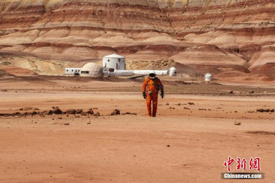 Andrew Studers\' drone photographs of model Kyle Hague in a spacesuit walking through the remote deserts of Arizona and Utah lend the appearance of the Martian landscape. The complete absence of vegetation and the dim ochre dunes make this stretch of American countryside strikingly reminiscent of the red planet. (Photo/IC)