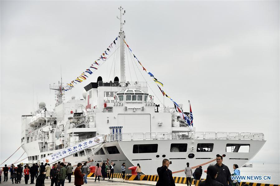 Visitors view hospital ship Peace Ark of the Chinese People\'s Liberation Army (PLA) Navy during a warship open day event in Qingdao, east China\'s Shandong Province, April 24, 2019. A warship open day event was held on Wednesday in Qingdao, as part the multinational naval events marking the 70th founding anniversary of PLA Navy. (Xinhua/Guo Xulei)