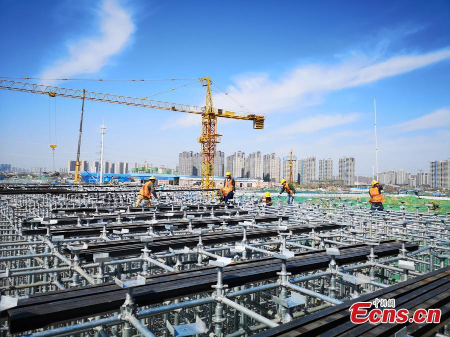 Construction workers build a new elevated road in Zhengzhou City, Central China\'s Henan Province. An innovative technology using prefabricated materials has ensured faster construction that is also energy-saving and environmentally friendly. (Photo: China News Service/Yang Lei)
