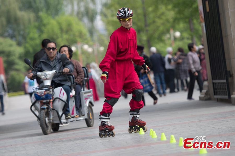 Xiao xuerong, 68, draws a crowd as she practices