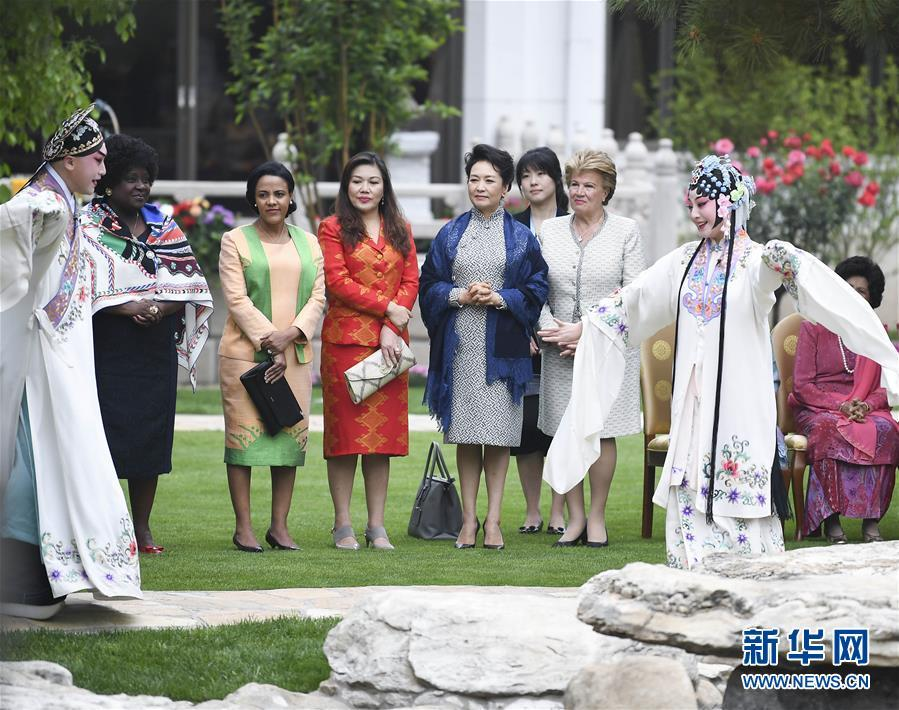 Peng Liyuan, wife of Chinese President Xi Jinping (C), watches Chinese Kunqu Opera with spouses of foreign leaders attending the Second Belt and Road Forum for International Cooperation in Beijing, April 27, 2019. (Photo/Xinhua)