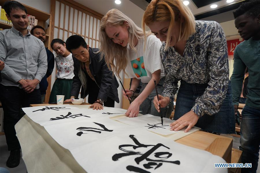 Foreign students learn calligraphy in Nanjing, capital of east China\'s Jiangsu Province, April 28, 2019. A cultural exchange event between young representatives from Nanjing and foreign students from Nanjing University of the Arts was held in Nanjing. (Xinhua/Ji Chunpeng)