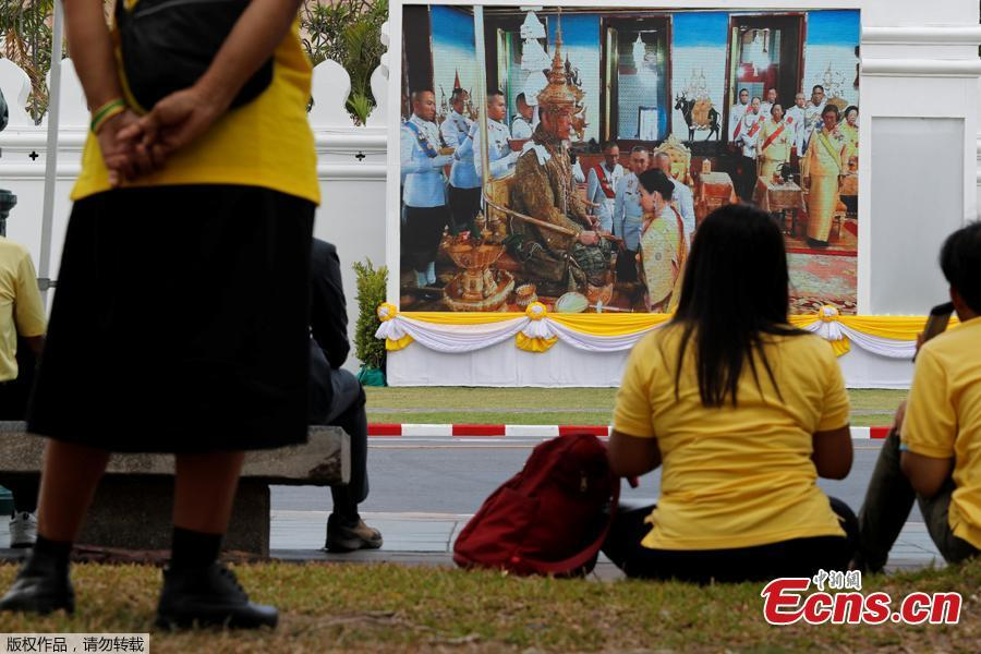 People watch a screening of King Maha Vajiralongkorn being crowned during his coronation in Bangkok, Thailand, May 4, 2019. King Vajiralongkorn, 66, became constitutional monarch after the death of his revered father, King Bhumibol Adulyadej, in October 2016 after 70 years on the throne. (Photo/Agencies)