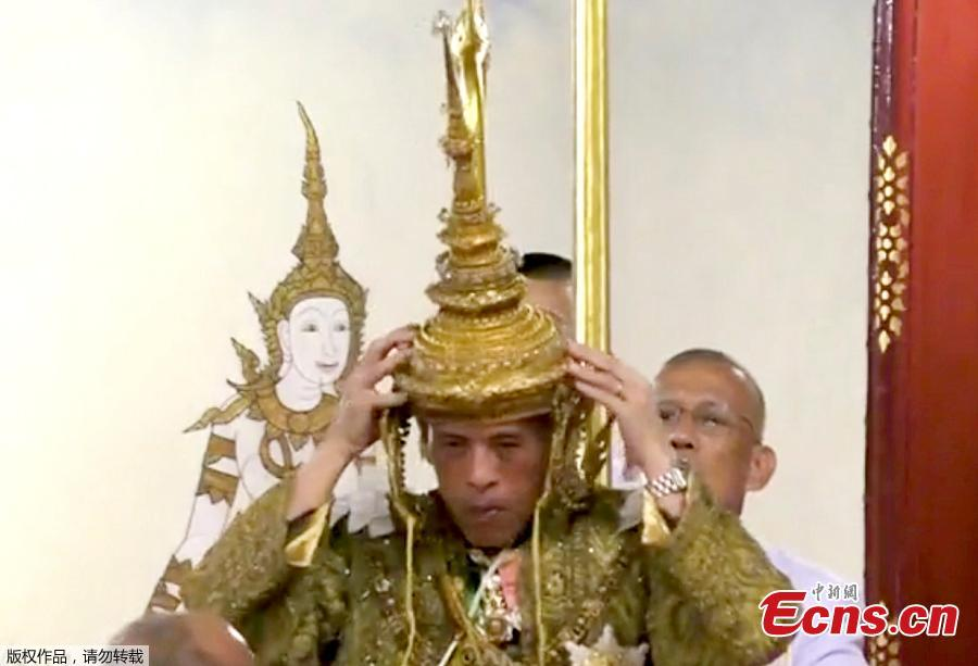 Thailand\'s King Maha Vajiralongkorn is crowned during his coronation in Bangkok, Thailand, May 4, 2019 in this still image taken from TV footage. King Vajiralongkorn, 66, became constitutional monarch after the death of his revered father, King Bhumibol Adulyadej, in October 2016 after 70 years on the throne. (Photo/Agencies)