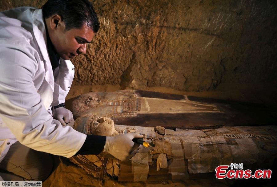 An Egyptian archaeologist works on the sarcophagi at the newly discovered burial site, the Tomb of Behnui-Ka and Nwi, dating back to circa 2500 B.C. near the Great Pyramids in Giza, on the outskirts of Cairo, Egypt May 4, 2019. (Photo/Agencies)