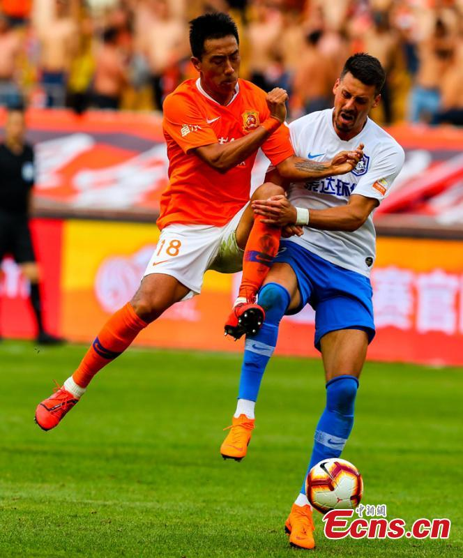 Players compete in a Chinese Super League match between Wuhan Zall and Tianjin TEDA in Wuhan City, Central China's Hubei Province, May 4, 2019. Struggling Wuhan Zall stumbled to 1-1 draw with Tianjin TEDA, five games without a win. (Photo: China News Service/Zhang Chang)