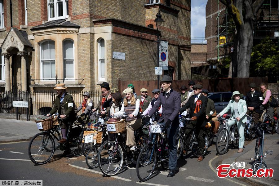 Participants stop at a crossing as they take part in the annual Tweed Run across London, Britain May 4, 2019.  (Photo/Agencies)