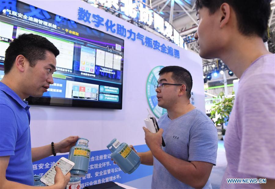 A staff (L) from a local IT company shows a gas canister tracking and management system at the 2nd Digital China Exhibition in Fuzhou, southeast China\'s Fujian Province, May 5, 2019. The 2nd Digital China Exhibition runs from May 5 to 9 at the Fuzhou Strait International Conference & Exhibition Center. (Xinhua/Lin Shanchuan)