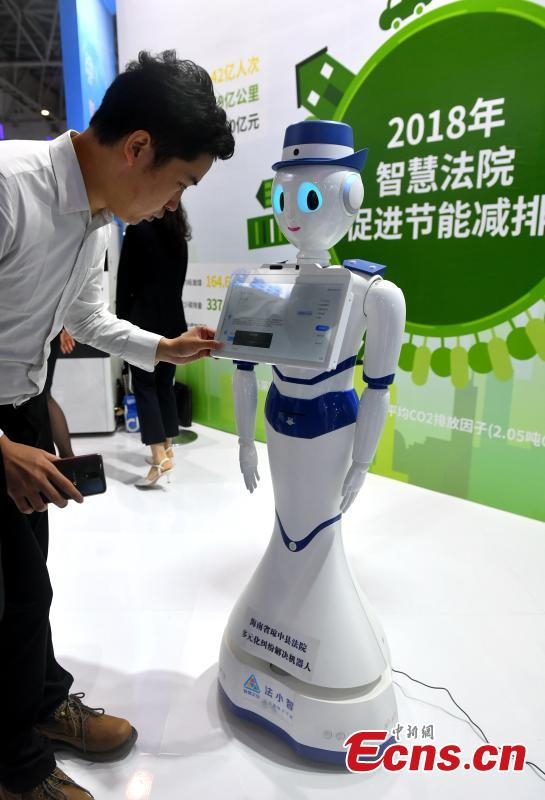 A robot designed to help people address legal disputes is on display at the second Digital China Summit in Fuzhou, Fujian Province, May 5, 2019. (Photo: China News Service/Lyu Ming)
