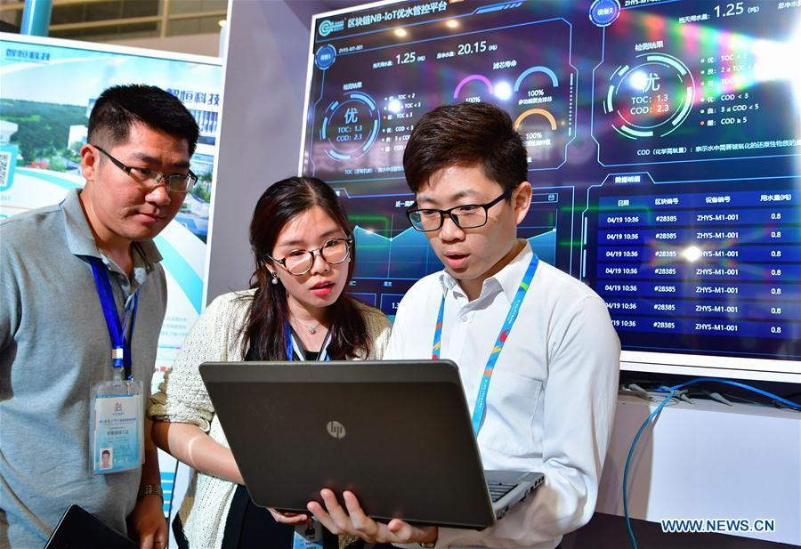 A staff member from a water ecology management service provider shows visitors how to test drinking water quality using a block-chain-based management and control system at the 2nd Digital China Exhibition in Fuzhou, southeast China\'s Fujian Province, May 5, 2019. The 2nd Digital China Exhibition runs from May 5 to 9 at the Fuzhou Strait International Conference & Exhibition Center. (Xinhua/Wei Peiquan)
