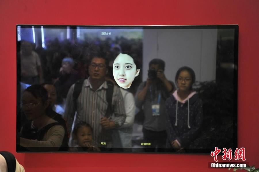 Visitors try out 3D face-reconstruction technology at the second Digital China Summit in Fuzhou, Fujian Province, May 6, 2019. (Photo: China News Service/Zhang Bin)