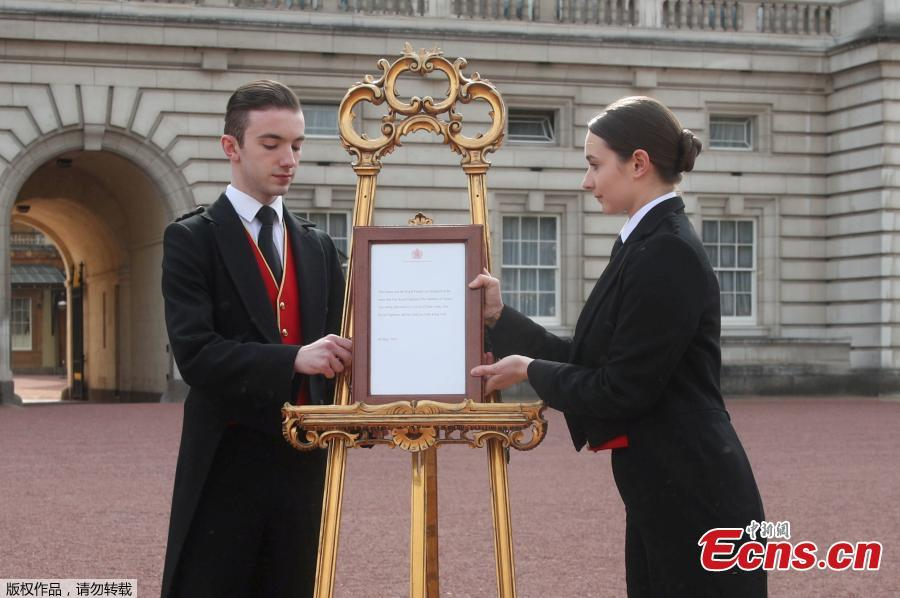 Members of staff set up an official notice on an easel at the gates of Buckingham Palace in London formally announcing the birth of a son to Prince Harry, Duke of Sussex and Meghan, Duchess of Sussex, May 6, 2019. (Photo/Agencies)