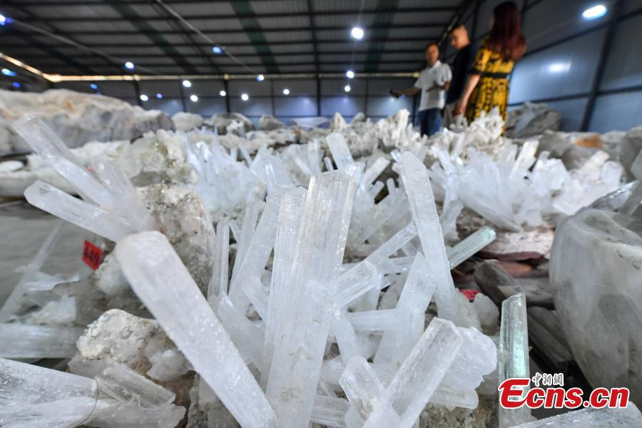 A collection of mineral crystals stored in a warehouse in Kunming City, Southwest China\'s Yunnan Province, May 6, 2019. The owner, Mr. Tang, said the mineral crystals were of various shapes and were from the province\'s Weishan Yi and Hui Autonomous County, with the biggest one weighing 52.6 tons. (Photo: China News Service/Ren Dong)