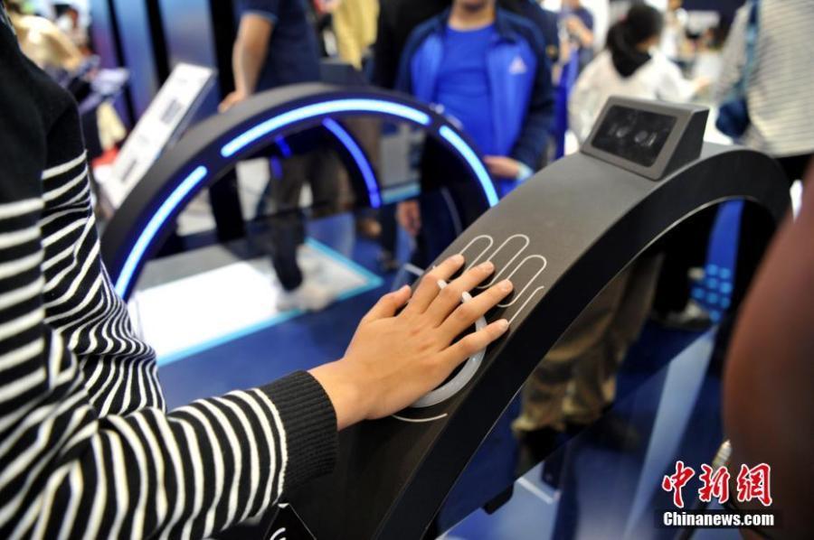 A visitor at the second Digital China Summit in Fuzhou, East China\'s Fujian Province, May 6, 2019. (Photo: China News Service/Zhang Bin)