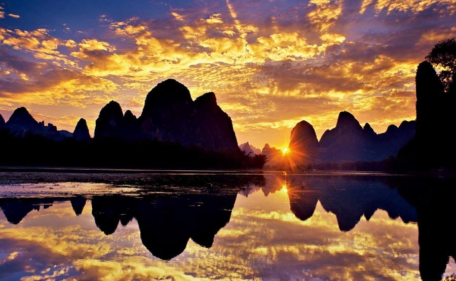 Hills and water along the Li River in South China\'s Guangxi Zhuang autonomous region.   (Photo provided to chinadaily.com.cn)