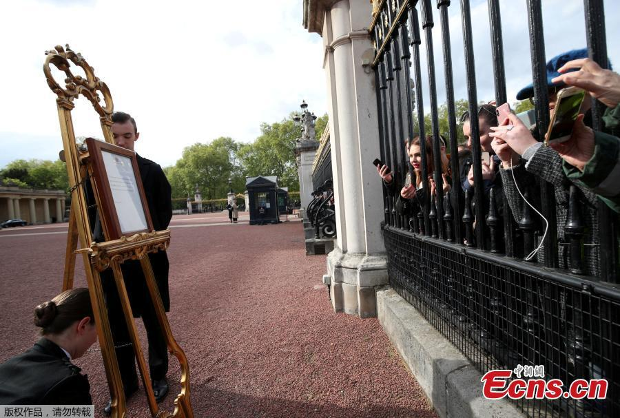 An easel stands in the Forecourt of Buckingham Palace in London to announce the birth of a baby boy, at 4.24 p.m. to the Duke and Duchess of Cambridge at St Mary\'s Hospital, May 6, 2019. (Photo/Agencies)