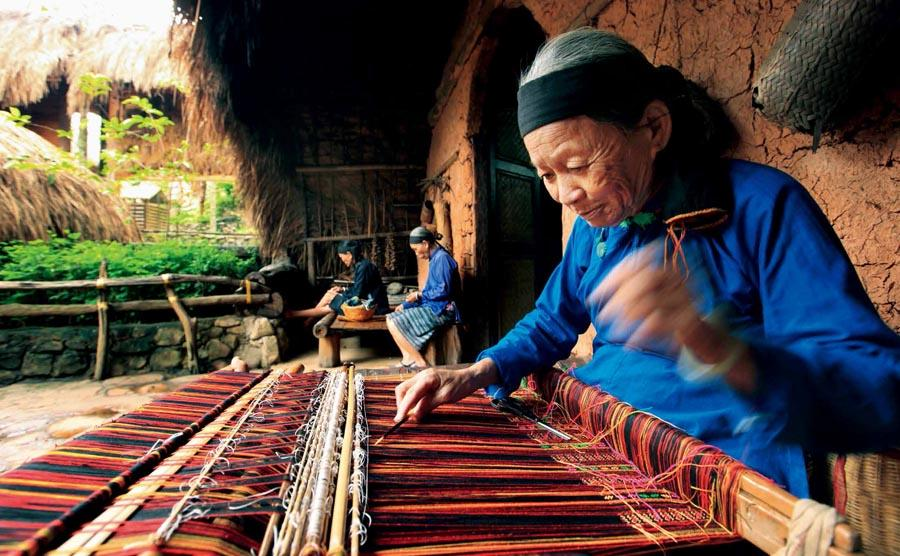 Weavers of the Li ethnic group make brocades in South China\'s Hainan Province.   (Photo provided to chinadaily.com.cn)