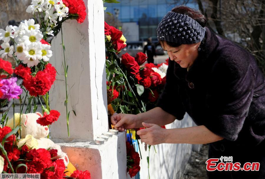 People lay flowers to mourn the victims of the SSJ-100 passenger plane fire, May 6, 2019. Russia\'s Investigative Committee confirmed Monday that 41 people were killed after an SSJ-100 passenger plane en route to the northwestern Russian city of Murmansk caught fire before an emergency landing Sunday at the Sheremetyevo International Airport in Moscow.