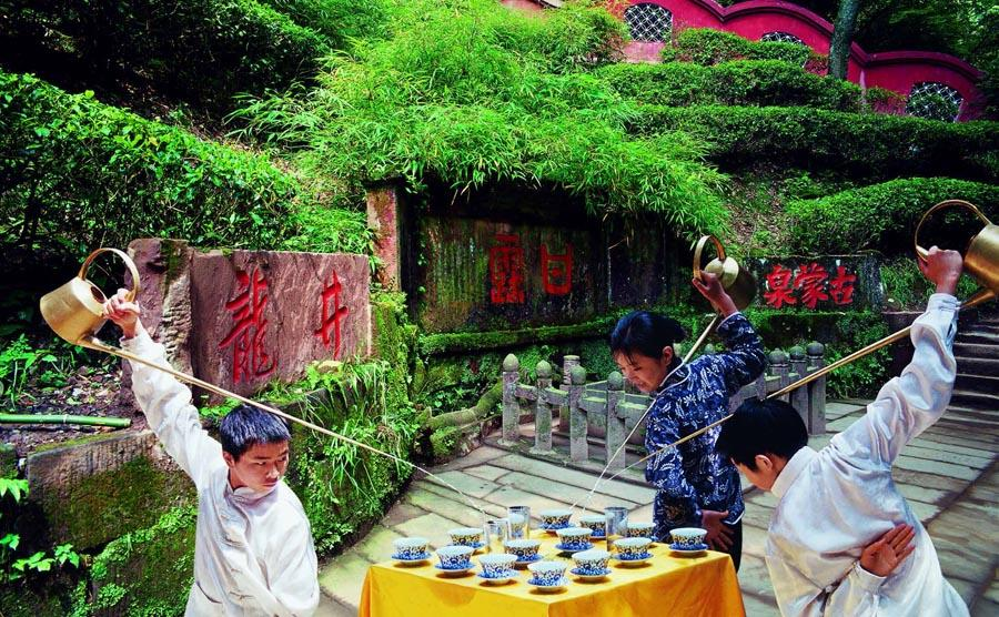 A tea ceremony at Ganlu Spring of Mount Mengshan in Ya\'an city, Sichuan Province.   (Photo provided to chinadaily.com.cn)