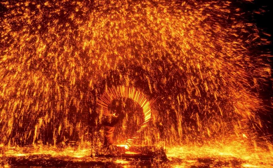 Dashuhua (a shower of molten iron sparks that looks like fireworks) in Yuxian county, Zhangjiakou city, North China\'s Hebei Province.   (Photo provided to chinadaily.com.cn)