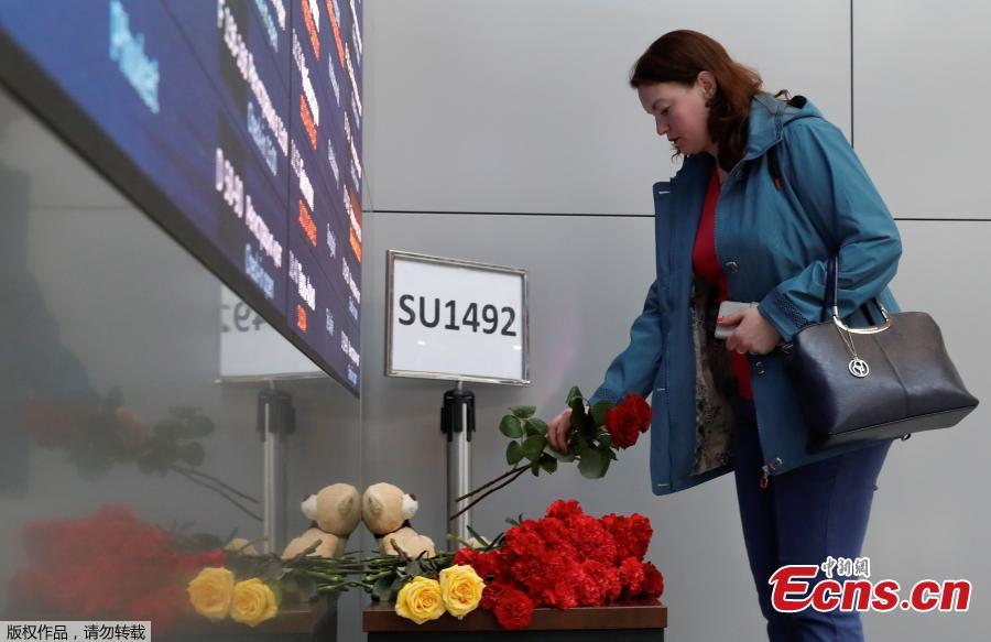 People lay flowers to mourn the victims of the SSJ-100 passenger plane fire at the terminal of the Sheremetyevo International Airport in Moscow, Russia, May 6, 2019. Russia\'s Investigative Committee confirmed Monday that 41 people were killed after an SSJ-100 passenger plane en route to the northwestern Russian city of Murmansk caught fire before an emergency landing Sunday at the Sheremetyevo International Airport in Moscow.