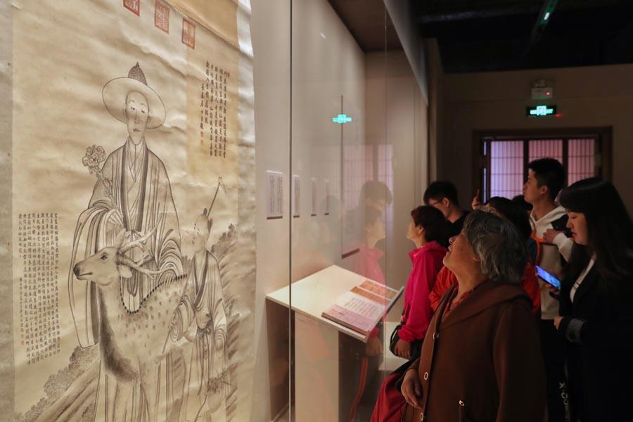 Visitors view a portrait of Emperor Qianlong among 100-odd paintings and calligraphy works of the 18th century, which reflect fine art achievements of the royal family and high officials of the Qing Dynasty (1644-1911).  (PHOTO/CHINA DAILY) Emperor Qianlong\'s passion for calligraphy and painting is the subject of an ongoing exhibition at the Palace Museum.  If he had not become emperor, Qianlong, whose reign lasted from 1736 to 1795 during the Qing Dynasty (1644-1911), would have instead seen his name etched in history as an artist or a writer.  Even as a ruler known for presiding over an era of booming social prosperity in China, the emperor was adept at taking time out from running state affairs to explore his passion for fine art.  It is difficult to calculate just how many ink-on-paper works by Qianlong remain in existence, but on one occasion alone in 2014, researchers from the Palace Museum in Beijing-China\'s former imperial palace also known as the Forbidden City-discovered more than 28,000 handwritten poems penned by the emperor in an old royal warehouse.  Qianlong\'s lifelong affection for art had a powerful influence over the entire imperial court during his reign, which is the subject of an ongoing exhibition at the Palace Museum running through June.