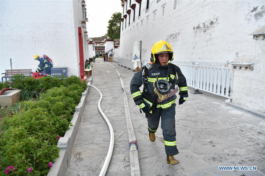 A firefighter runs in an emergency drill at the Potala Palace in Lhasa, southwest China\'s Tibet Autonomous Region, May 7, 2019. (Xinhua/Li Xin)