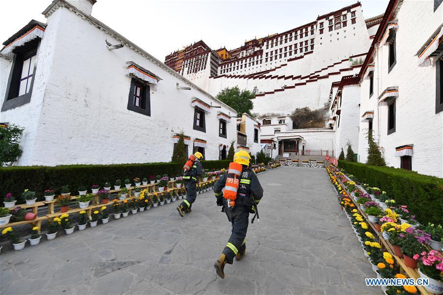 Firefighters run in an emergency drill at the Potala Palace in Lhasa, southwest China\'s Tibet Autonomous Region, May 7, 2019. (Xinhua/Li Xin)