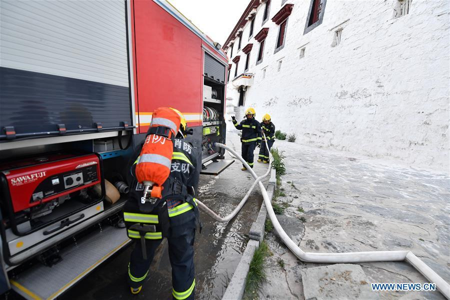 Firefighters connect fire hoses during an emergency drill at the Potala Palace in Lhasa, southwest China\'s Tibet Autonomous Region, May 7, 2019. (Xinhua/Li Xin)
