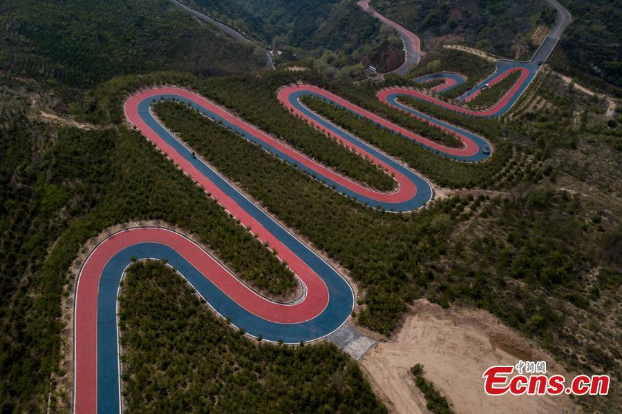 A drone photo shows a mountain road painted in two colors, used in a cycling race, in Taiyuan City, North China\'s Shanxi Province, May 7, 2019. (Photo: China News Service/Wei Liang)