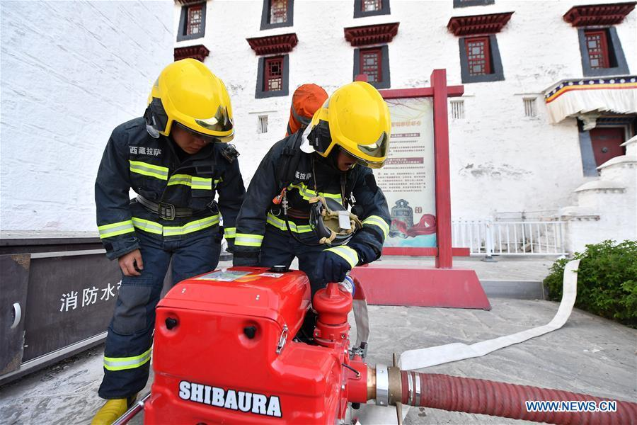 Firefighters conduct an emergency drill at the Potala Palace in Lhasa, southwest China\'s Tibet Autonomous Region, May 7, 2019. (Xinhua/Li Xin)