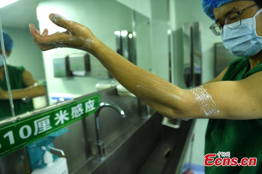 A male nurse works at the Xinqiao Hospital at the Army Military Medical University in Southwest China\'s Chongqing Municipality, ahead of International Nurses Day, which is observed annually around the world on May 12 to mark the contributions to society made by nurses. The hospital launched its male nurse team across different departments in 2016, and it now accounts for 10 percent of the hospital's total nurse numbers. (Photo: China News Service/Chen Chao)