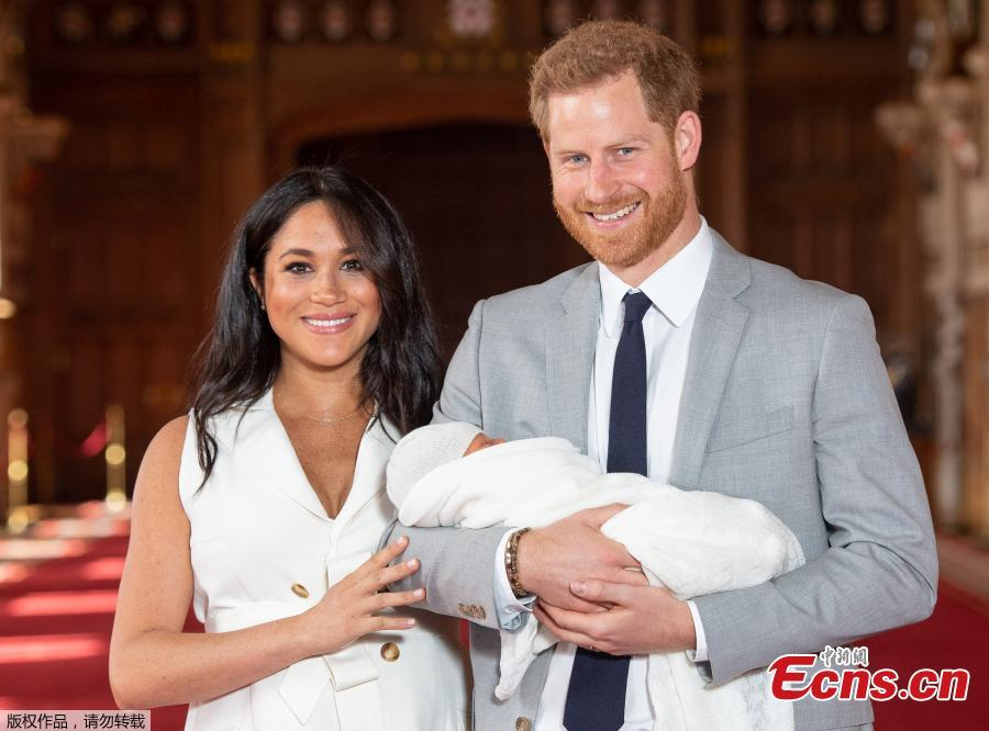 Britain\'s Prince Harry, Duke of Sussex (R), and his wife Meghan Markle, Duchess of Sussex, pose for a photo with their son in St George\'s Hall at Windsor Castle in Windsor, Britain, on May 8, 2019. The baby boy, who is Queen Elizabeth\'s eighth great-grandchild, is seventh in line to the throne, behind the Prince of Wales, the Duke of Cambridge and his children - Prince George, Princess Charlotte and Prince Louis - and Prince Harry. (Photo/Agencies)
