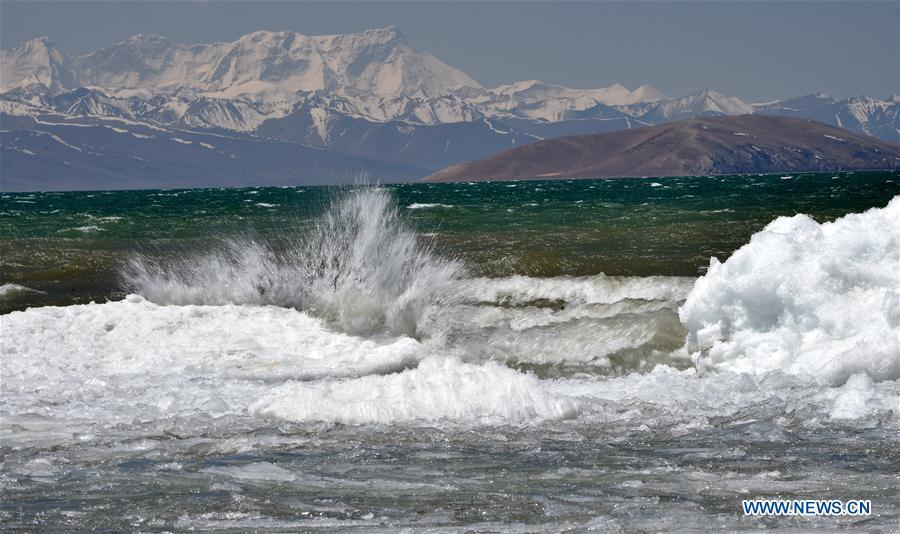 Photo taken on May 8, 2019 shows the melting ice on the Namtso Lake in southwest China\'s Tibet Autonomous Region. As temperature rises and ice melts, the Namtso Lake will enter its tourism season. (Xinhua/Chogo)