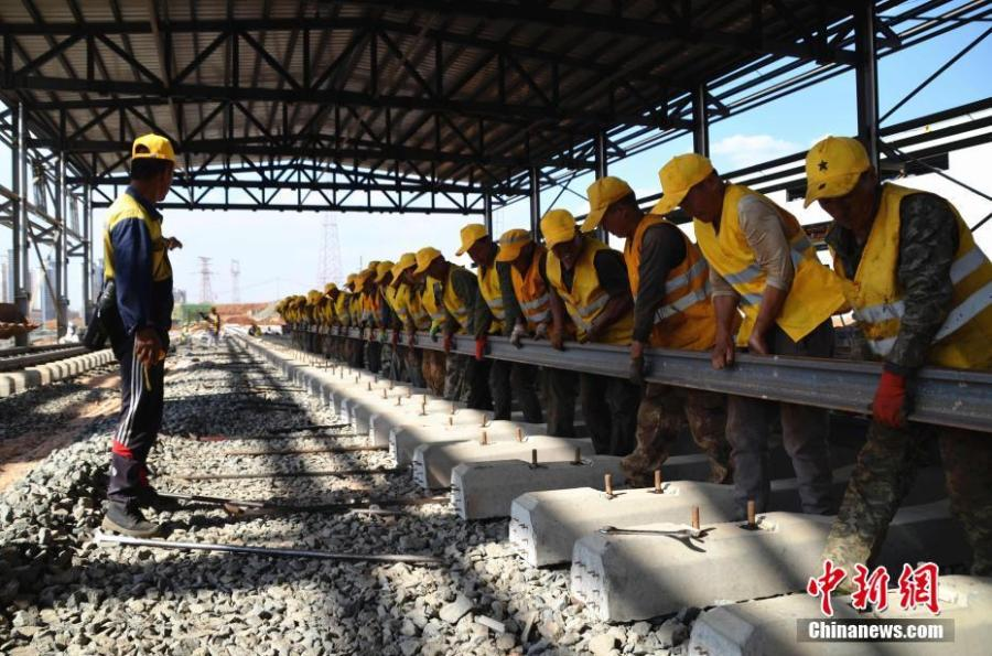 People work at a service station for high-speed trains in Kunming City, Southwest China\'s Yunnan Province, May 9, 2019. Nearly 30 workers helped lay the last rail measuring 25 meters in length and weighing 2.5 tons on Thursday, completing the rail-laying work for the service station. Successful expansion of the station will improve the use and maintenance of high-speed trains in Yunnan, also making it the largest such service station in southwest China. (Photo: China News Service/Miu Chao)