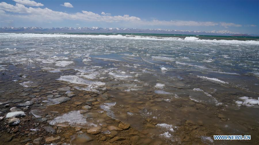 Photo taken on May 8, 2019 shows the melting ice on the Namtso Lake in southwest China\'s Tibet Autonomous Region. As temperature rises and ice melts, the Namtso Lake will enter its tourism season. (Xinhua/Purbu Zhaxi)