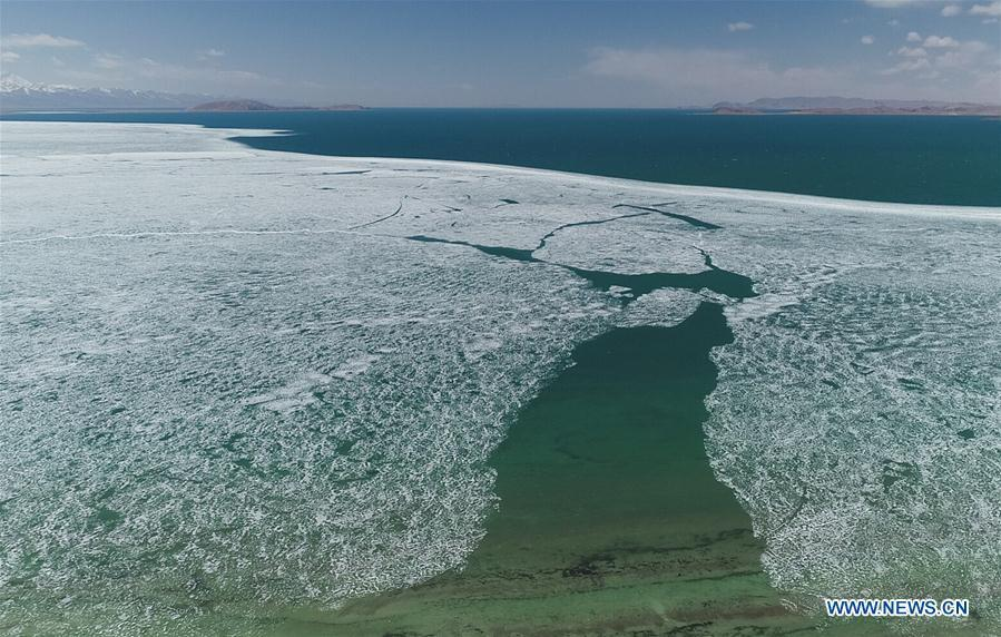 Aerial photo taken on May 8, 2019 shows the melting ice on the Namtso Lake in southwest China\'s Tibet Autonomous Region. As temperature rises and ice melts, the Namtso Lake will enter its tourism season. (Xinhua/Purbu Zhaxi)