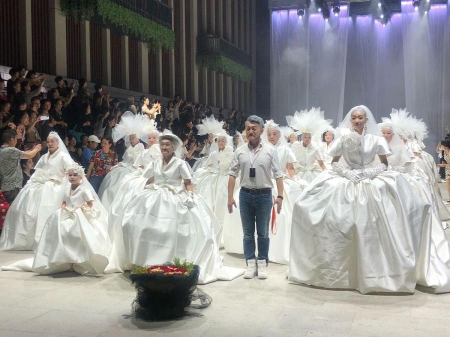 100 women with an average age of 55 walk in wedding dresses during a show on Mother\'s Day in Wuhan, capital of Central China\'s Hubei Province, on May 12, 2019. The eldest was 80 years old. The models prepared for nearly a month, training five to six hours a day.  (Photo/chinadaily.com.cn)