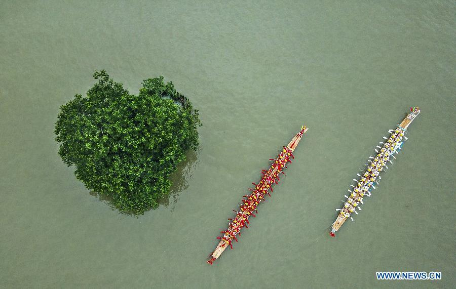 Aerial photo taken on June 14, 2018 shows people participating in a dragon boat race to greet the Dragon Boat Festival in Wenzhou City, east China\'s Zhejiang Province. China will hold the Conference on Dialogue of Asian Civilizations starting from May 15. Under the theme of \