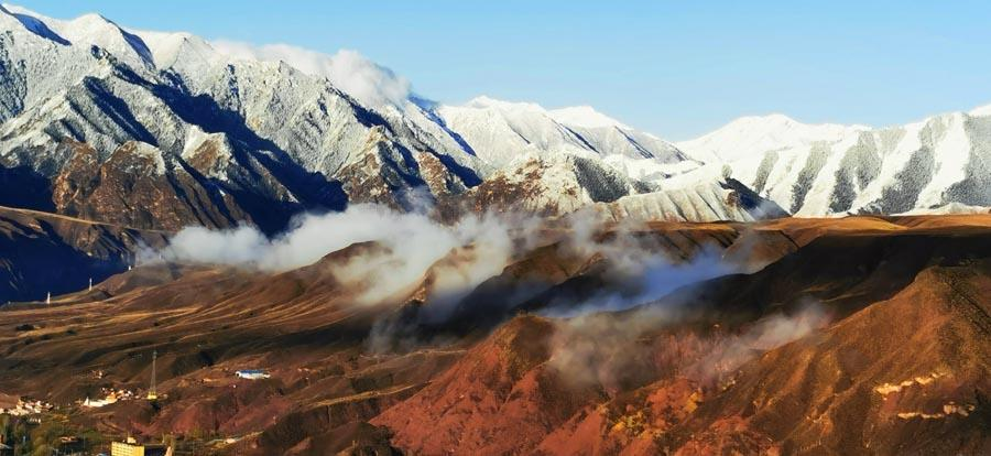 After rain and snow, clouds and fog surrounded Sunan county of Zhangye city, Northwest China\'s Gansu Province, on Wednesday. Mist from the Qilian Mountains in the south poured down the valley and shrouded the hilltops, forming a magnificent landscape and creating a remarkable mountain scene. (Photo by Wu Xuefeng/for chinadaily.com.cn)