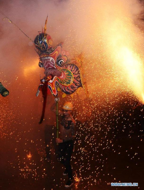 An artist performs dragon dance with fireworks in Majing\'ao Town of Jishou City, central China\'s Hunan Province, Feb. 17, 2019. China will hold the Conference on Dialogue of Asian Civilizations starting from May 15. Under the theme of \