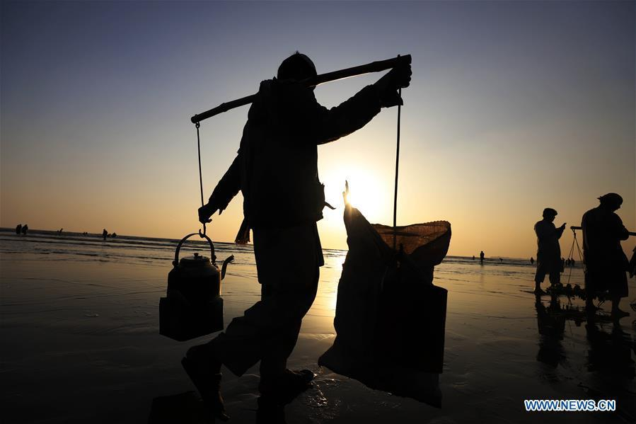 A vendor sells tea at Clifton beach in port city of Karachi, Pakistan on Jan. 25, 2019. As an important part of Asian culture, tea is a special bond among Asian countries to deepen friendship and boost mutual exchanges. China will hold the Conference on Dialogue of Asian Civilizations starting from May 15. Under the theme of \